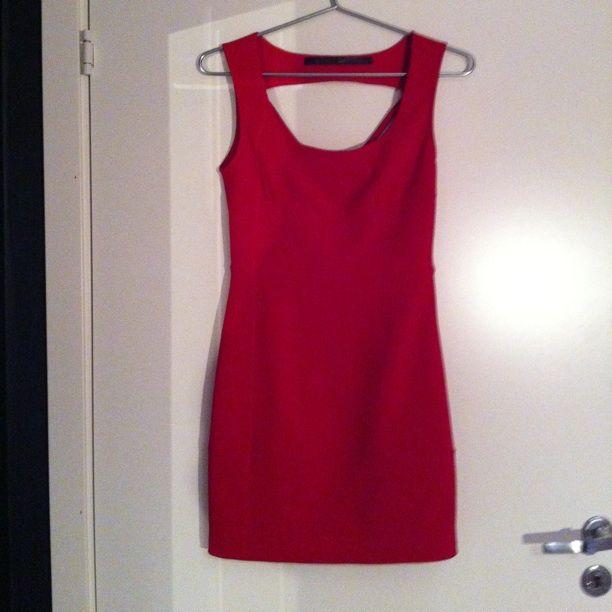 250a70ada743 Tight röd klänning med öppen rygg och fina detaljer. Klänningar.