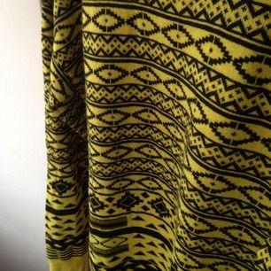Väldigt fräsch tröja från Forever 21. Tribal mönster, limegrön. Stl M eller L för en tjej.