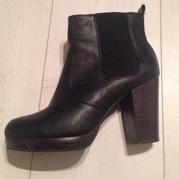 Platå Svarta högklackade skor med resår vid ankeln och platå. Klackhöjd ca  8 inkl. Platå 43817f3ebbc22