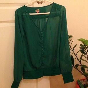 Fin grön genomskinlig blus från Only Blue Behaviour.