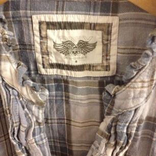 Riktigt skön skjorta med volang framtill!
