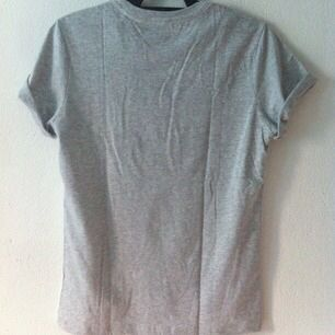 Vit & grå t-shirt med snyggt tryck! Aldrig använd!