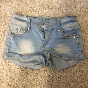 Grymt söta & sköna shorts! Med detaljer, ljusblåa. Strl 146, ca XS.
