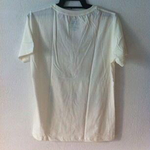 T-shirt med tryck. Aldrig använd!