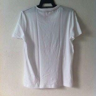 T-shirt med snyggt tryck! Aldrig använd