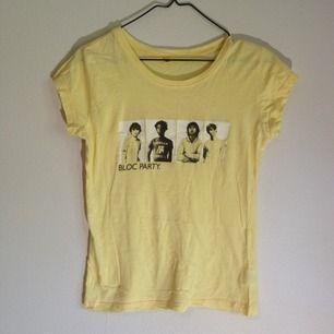 Ljusgul T-shirt med Bloc Party-tryck. Det står M men är som en 34/36. Fint skick!
