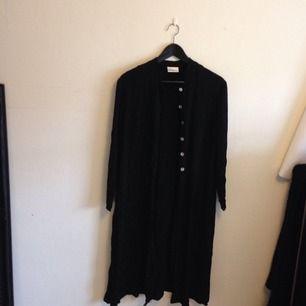 Jätte fin svart Cardigan med knäppning halvvägs. Köpt secondhand
