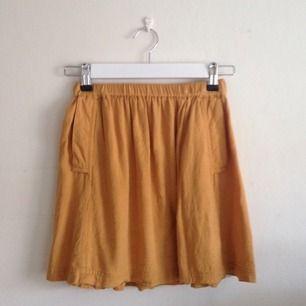 Senapsgul kjol med fickor. Köpt på Urban Outfitters
