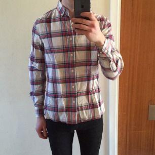 Snygg skjorta från Made In The Shade.  Litet hål som syns på bild 2.