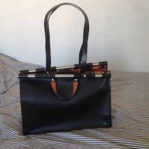 Svart väska i läder från Zara. Knappt använd!  Nypris 599 kr
