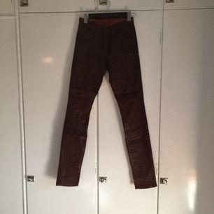 Vaxade jeans från J-brand. Cognacsfärgade.
