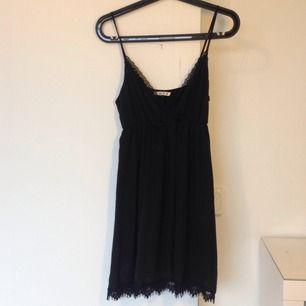 Svart klänning i mjukt material med spets från Urban Outfitters. Aldrig använd