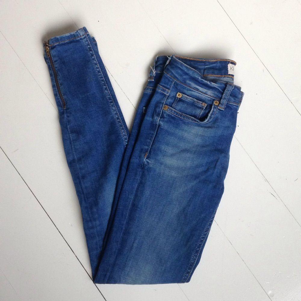 f62503a6b164 Mellanblå stuprörsjeans med dragkedja nere vid anklarna från Gina Tricot.  Modellen heter Kirsten.