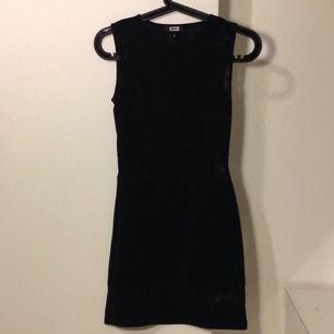 Svart fodralklänning från Bik Bok med transparent rygg och delar av kjolen. Sitter tight och snyggt.