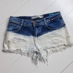 Korta jeans shorts från Zara. Mörka upptill och ljusa nertill med fransar. Kortare modell i rumpan. Skulle säga att dom passar både 34 & 36!