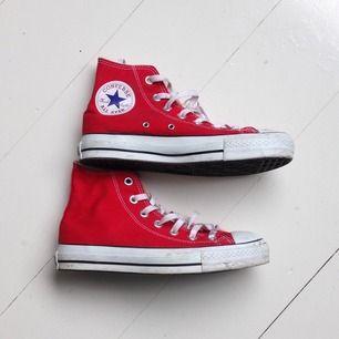 Röda converse i fint skick! Någon ynka smutsfläck som är tvättbar. Snörena kan jag tvätta innan jag skickar iväg skorna. Storlek 4/36 men är rätt små i storleken.