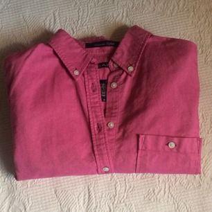Rosa oxfordskjorta från GANT i nyskick.  Jag anser att denna modell är relativt stor i storleken så den passar både 34 och 36.