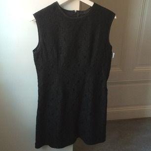 Svart spetsklänning från POP i strl 2 (motsvarar M). Använd endast ett fåtal gånger. I nyskick.