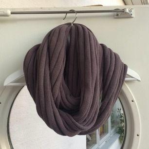 Halsduk som är köpt i en liten märkesbutik i Båstad. Färgen är grå/lila och kan bäras med olika många varv! Fint broderi🌟🌟