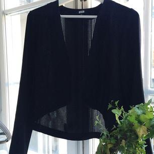 Frivolität Jacke in schwarz. Kürzere Vorder- und normale lange zurück. Guter Zustand.