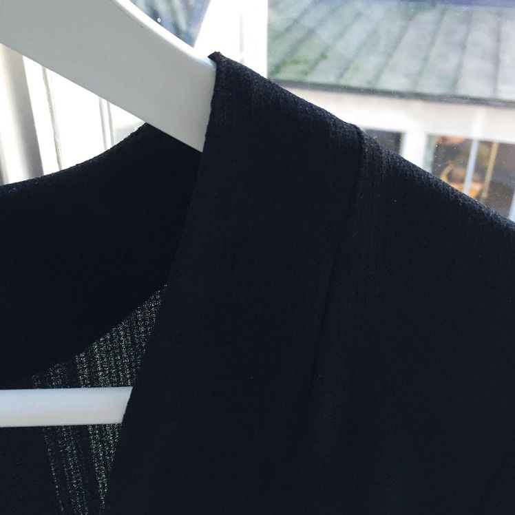 Lätt innejacka i svart. Kortare fram och normallång bak. Fint skick. . Kostymer.