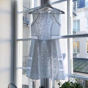 Jättefin, vit klänning från asospetite. Laserskurna detaljer och meshpartier. Vacker, öppen rygg och dold dragkedja i ryggslut. Aldrig använd med lapp kvar!