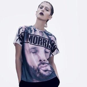 Handsydd T-shirt med tryck. Luftigt och mjukt tyg i 100% polyester. Något glossy  Skick- 👌🏻 NY. Aldrig använd