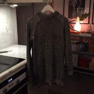 JLindeberg stickad längre tröja. Fint skick. 62 % bomull 38 % polyester