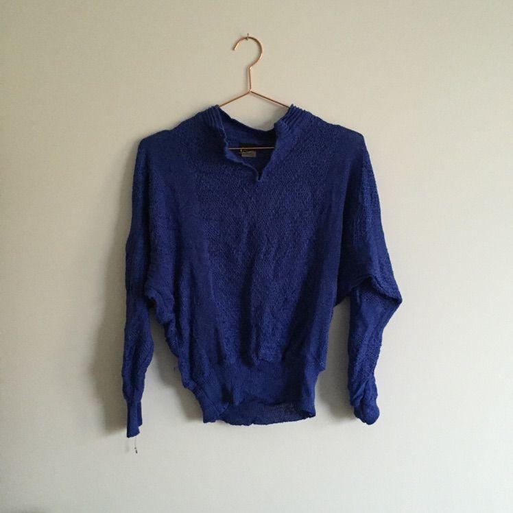 Djupt blå tröja med mudd nertill. Skön och mjuk . Tröjor   Koftor. 7af9ec40438a3