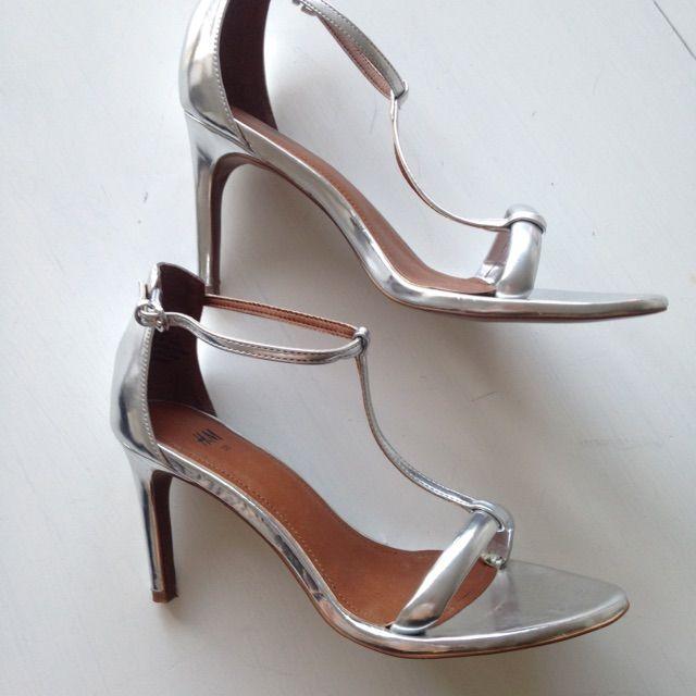 f647017ca1d Silvriga sandaletter från HM. Väldigt bra skick, använda en gång på bröllop.