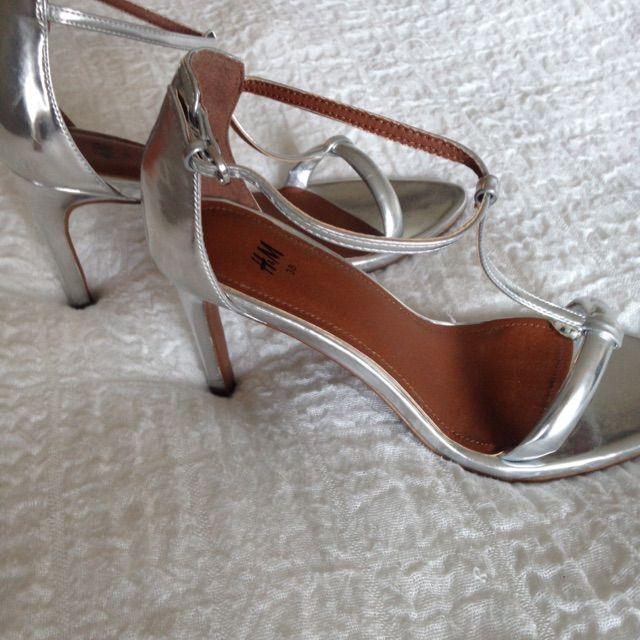 39d31b4a14e Säljs Silvriga sandaletter från HM. Väldigt bra skick, använda en gång på  bröllop. Säljs