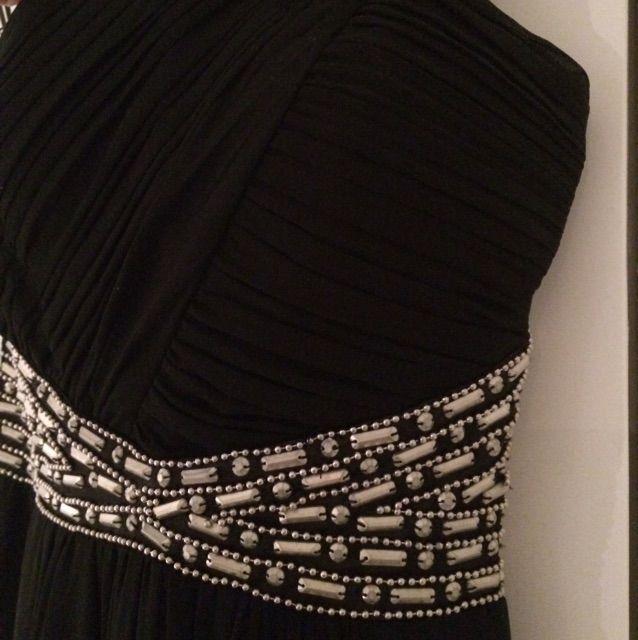 Strech på ryggen så Ny aftonklänning i UK storlek 6. Svart med silver  detaljer. 46821bbd59743