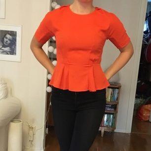 Orange blus från h&m trend med dragkedja bak. Stor i storleken