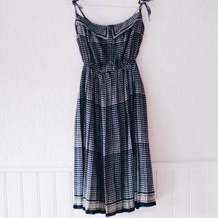 Vadlång klänning från Smiley Vintage. Använd ett fåtal gånger.