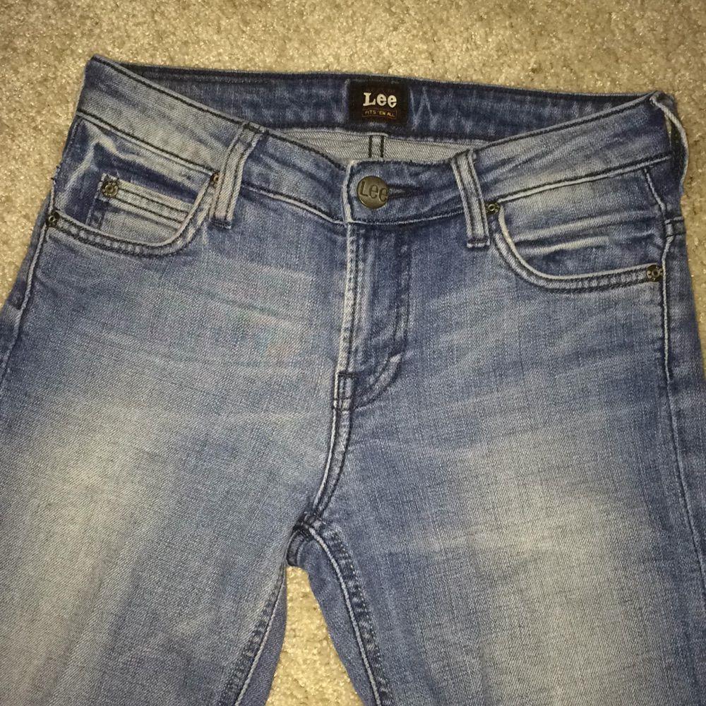 Ljusa Lee jeans, har en mycket fin passform. Låg midja, lite stretch.  Är använda, men är i mycket gott skick!. Jeans & Byxor.