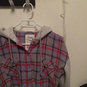 Varm skjorta med huva från Bikbok, aldrig använd👌