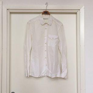 Skjorta från Hope Storlek 46 (M).  Unisex Har en liten svart fläck på ena ärmen men viker man upp den lite så syns den inte.