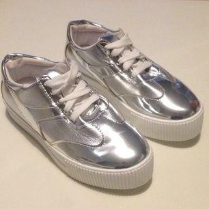 Oanvända sneakers i silver 👟👟 Gjorde sig inte så bra på bild tyvärr! Snyggare i verkligheten 🙃