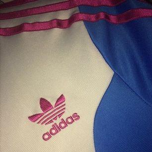 Adidas kofta färg vit blå och rosa. Storlek M. Säljs för 200.
