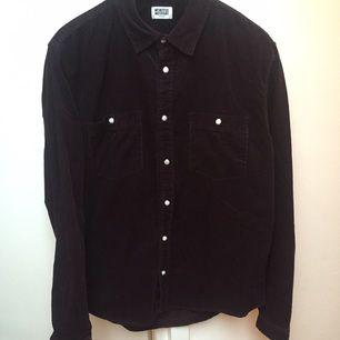 Mörkröd Manchesterskjorta från Weekday