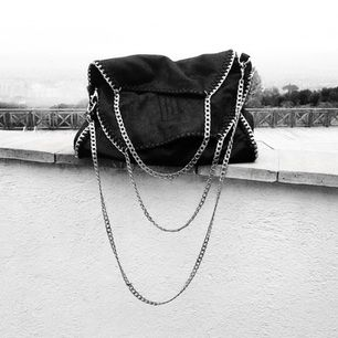Jag säljer denna utsålda Stella McCartney-inspirerade väska för 700 kr! Köpte den online på blackdope.com för 1099 kr och säljs nu för att den personligen inte passar min stil. Jag har använt väskan en gång tidigare så den är nyskick!