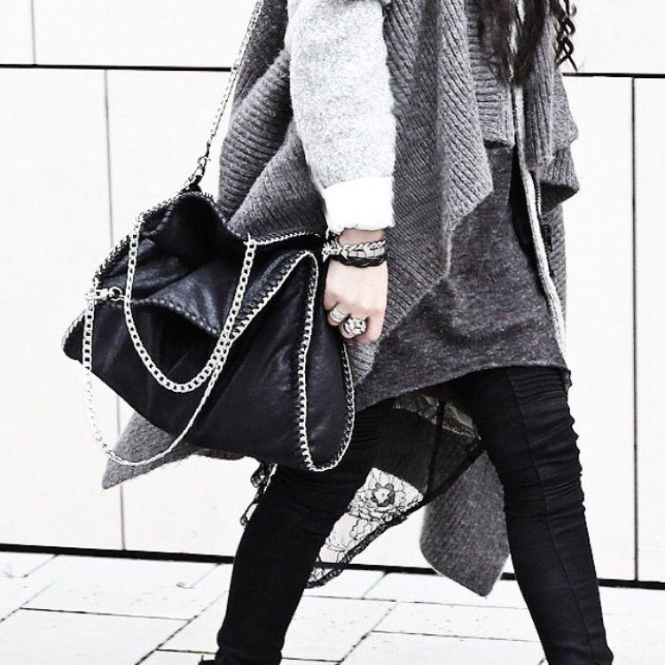 Jag säljer denna utsålda Stella McCartney-inspirerade väska för 700 kr! Köpte den online på blackdope.com för 1099 kr och säljs nu för att den personligen inte passar min stil. Jag har använt väskan en gång tidigare så den är nyskick!  . Väskor.