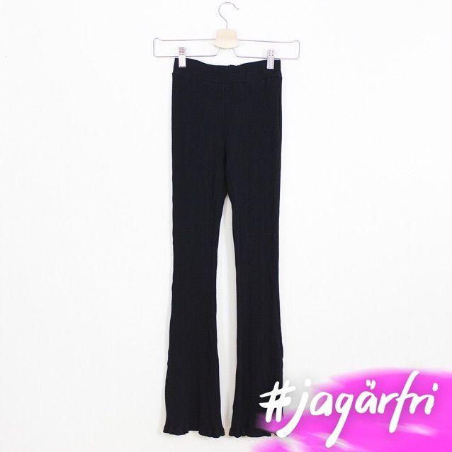 Ribbade byxor lite utsvängda med volang.. Jeans & Byxor.