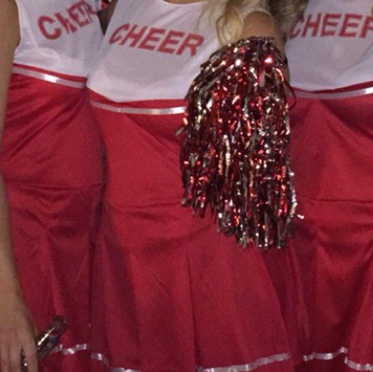 ... Säljer min cheerleading dräkt som är använd vid 1 tillfälle. inte de  bästa bilderna men ... 017abb463eab2