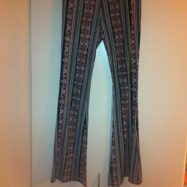 Mönstrade utsvängda byxor i stretchigt - Jeans   Byxor - Second Hand 2dd827ec6522c