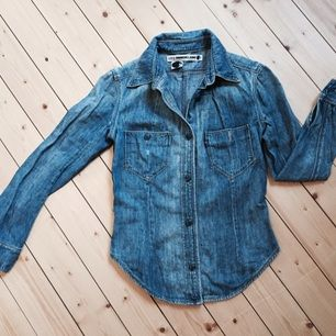 Supersnygg jeansskjorta från Levis. Säljer den med sorg då den tyvärr är för liten för mig. Storlek S men snarare en XS. Tight passform. Bra skick, endast använd ett fåtal ggr!