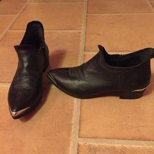 Skor från Bikoks samarbete med Whitney Port. Använda 2ggr. Som nya! Kan mötas upp i Lkpg annars står köparen för frakten.
