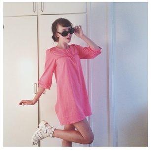 60tals-inspirerad klänning i stark rosa/neonrosa färg