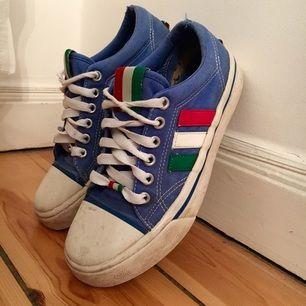 Vintage Adidas Adria sneakers från 80-talet. Något ljusare blå färg än vad bilderna visar. OBS! Slitna. Storlek 36,5/UK 4