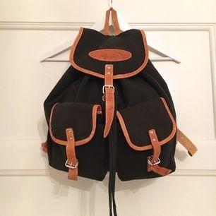 Fin ryggsäck i canvas med läderdetaljer. Inköpt vintage.